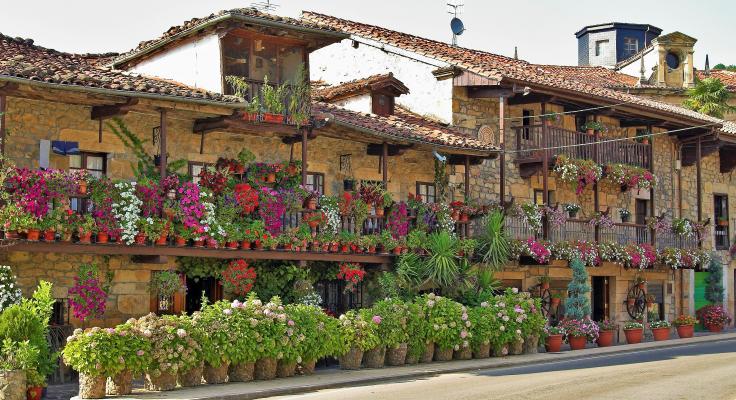 casa de piedra con flores cantabria