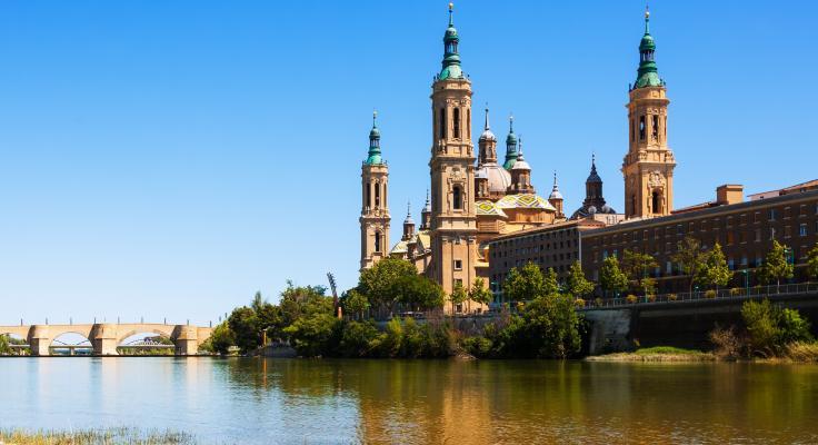 Puente sobre el Ebro y Catedral de Zaragoza, punto de partida hacia Jaca en tren.